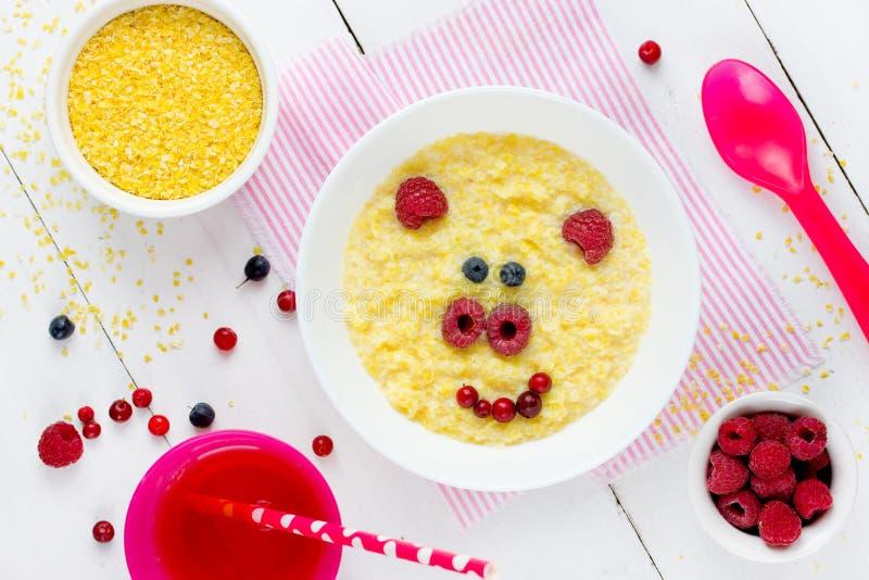 挤奶孩子健康早餐被塑造的逗人喜爱的猪的, c玉米粥 免版税库存照片