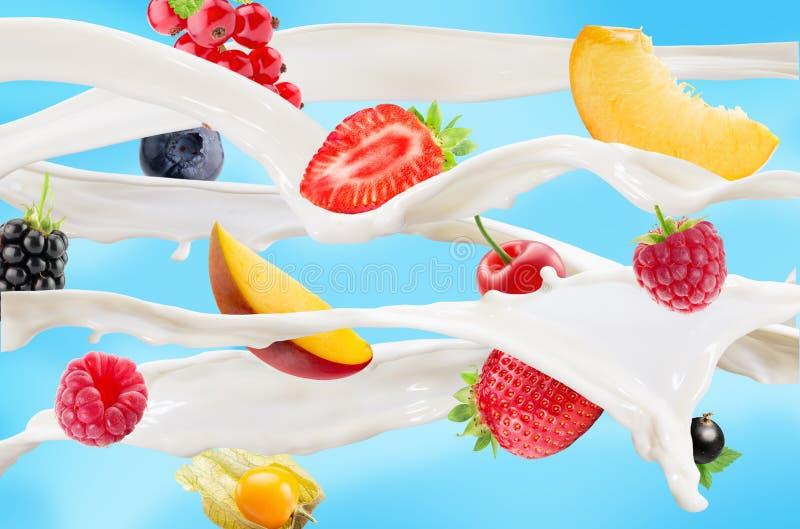 挤奶飞溅用果子和莓果在蓝色背景 库存照片