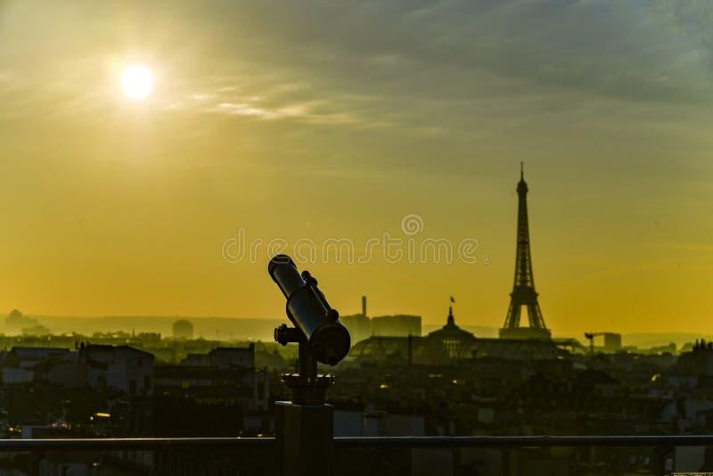 挤撞针对性对在埃佛尔铁塔的日落 库存照片
