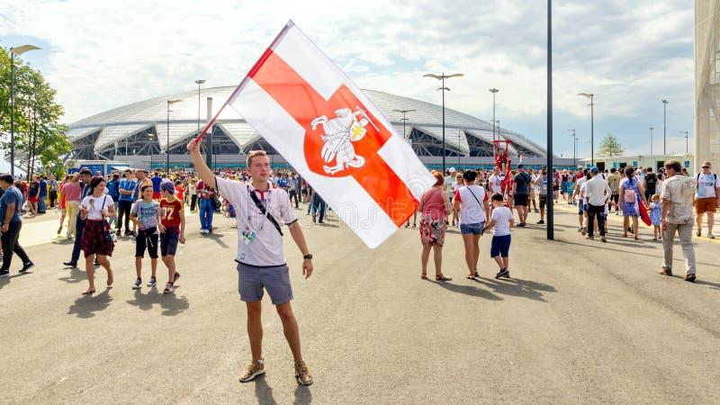 挥动一面国旗的英国足球迷在世界杯反对体育场的背景 库存照片