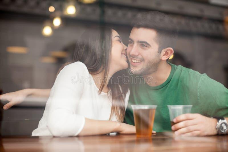 挥动与人的美丽的女孩在酒吧 免版税库存图片