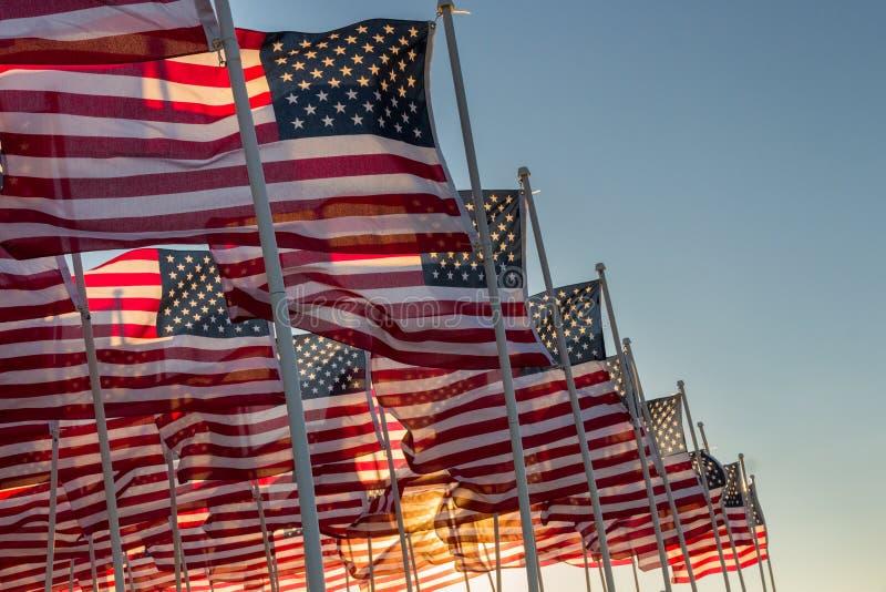 挥动在日落的美国国旗 图库摄影