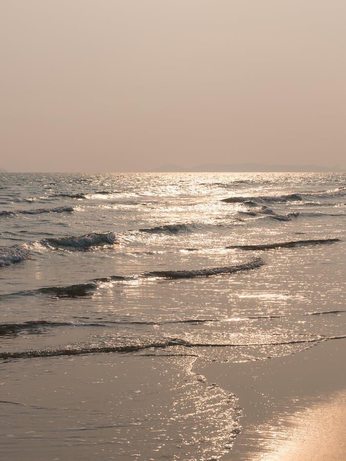 挥动在海滩日落时间在泰国 库存照片
