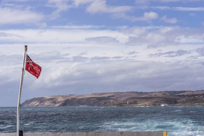 挥动在连接海角Jervis到Penneshaw,坎加鲁岛,澳大利亚南部的轮渡的澳大利亚红色少尉 库存图片