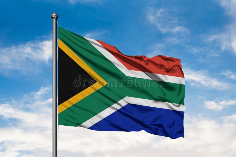 挥动在风的南非的旗子反对白色多云天空蔚蓝 南非旗子 库存图片