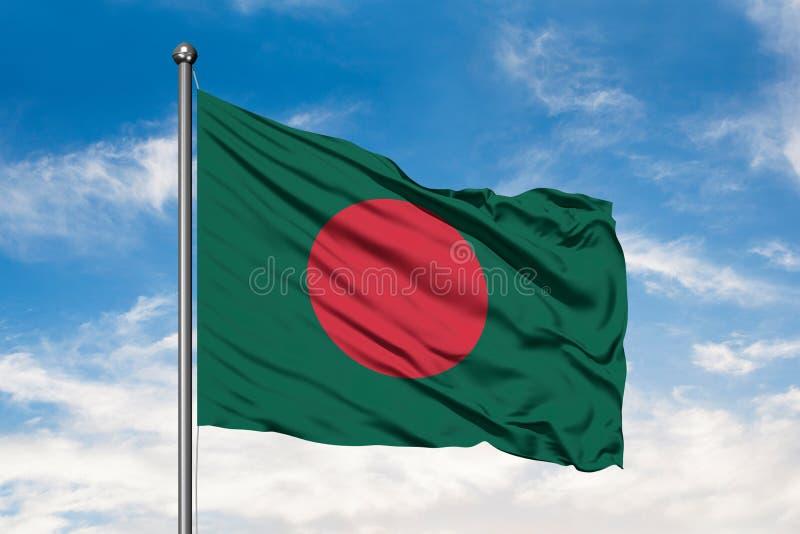 挥动在风的孟加拉国的旗子反对白色多云天空蔚蓝 孟加拉国的旗子 图库摄影