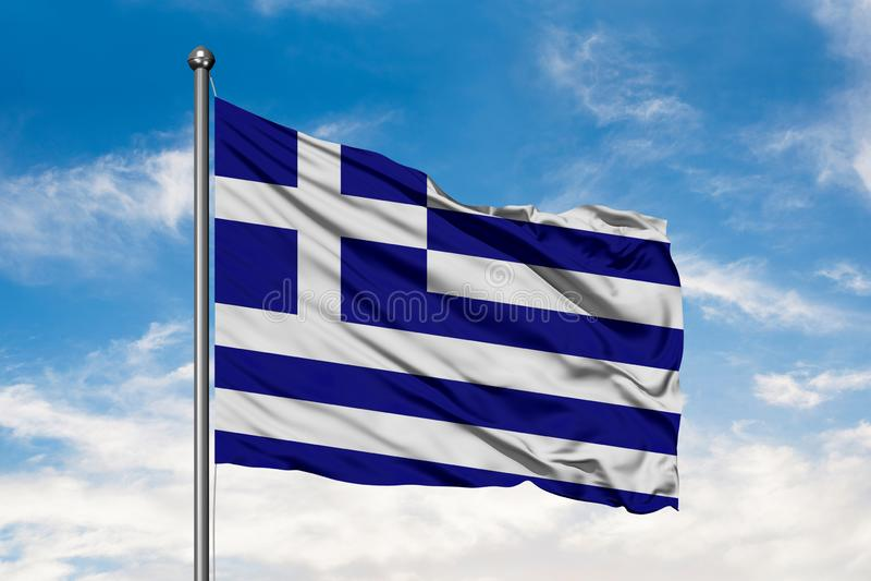 挥动在风的希腊的旗子反对白色多云天空蔚蓝 希腊旗子 图库摄影