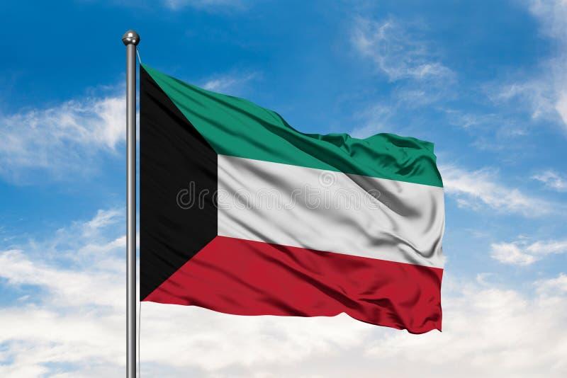 挥动在风的科威特的旗子反对白色多云天空蔚蓝 科威特旗子 免版税图库摄影