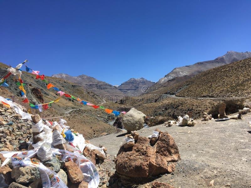 挥动在风-冈仁波齐峰Kora的祷告旗子在春天在西藏在中国 图库摄影