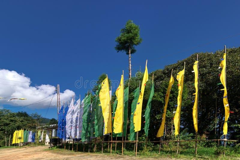 挥动在Okhrey修道院,锡金,印度的佛教旗子 库存照片
