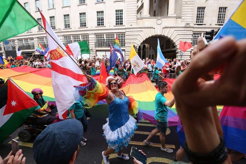挥动她的旗子的易装癖者在Gat骄傲游行在伦敦 免版税库存照片
