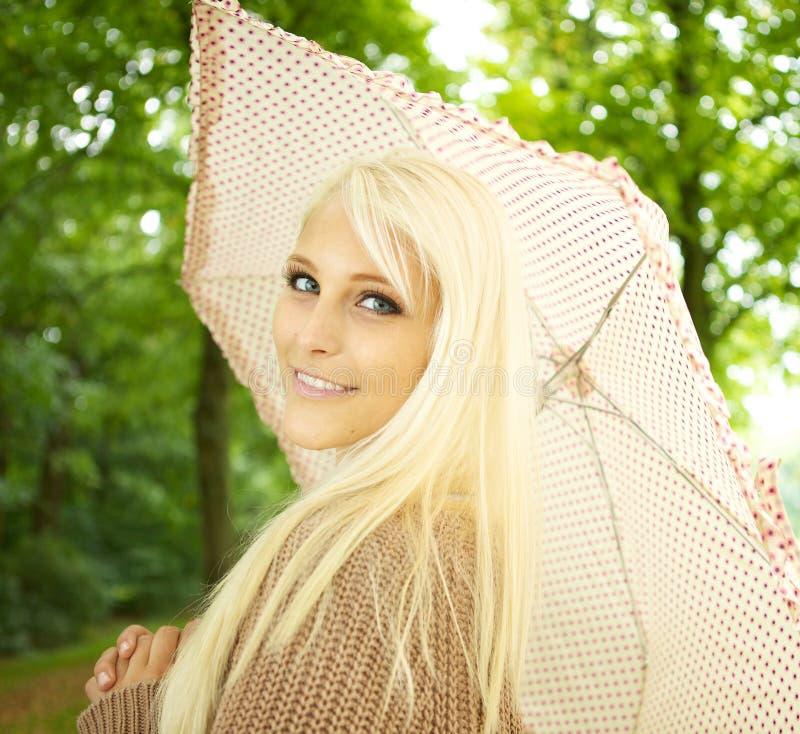 挥动性感的妇女的金发碧眼的女人 库存照片