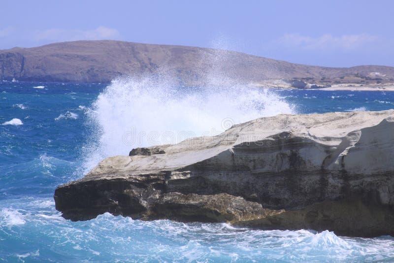 挥动打破在芦粟海岛上的Sarakiniko海滩 库存照片