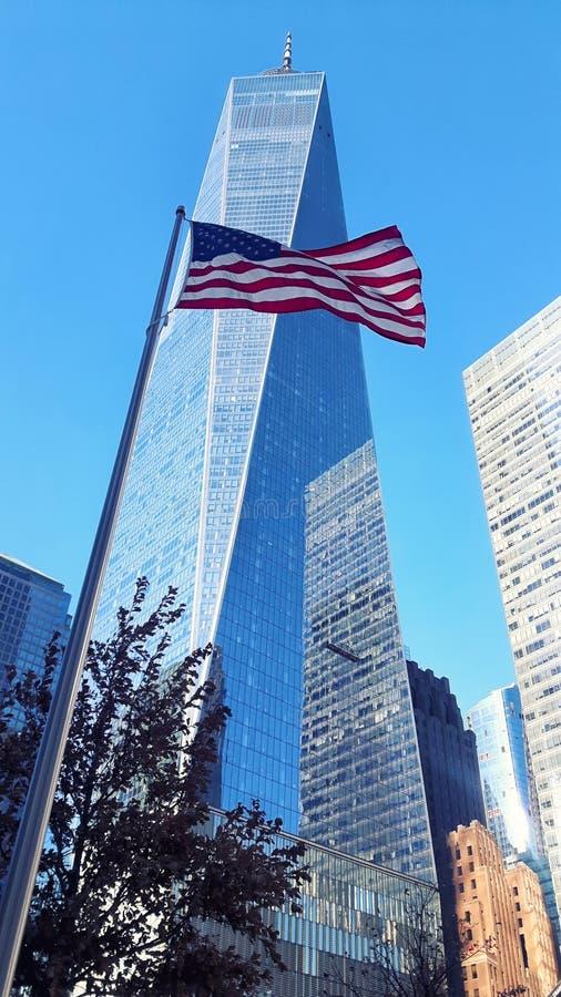 挥动旗子的纽约世界贸易中心一号大楼摩天大楼和美国 库存图片