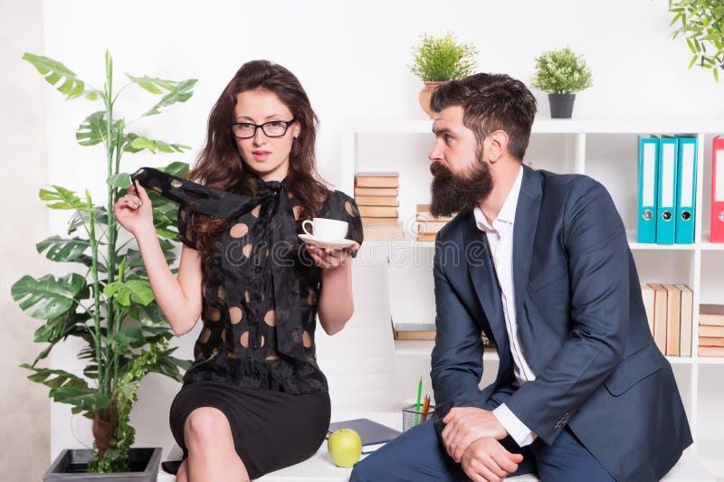 挥动的同事 有胡子的男人和可爱的妇女 男人和妇女交谈在午饭时间 办公室谣言 免版税库存图片