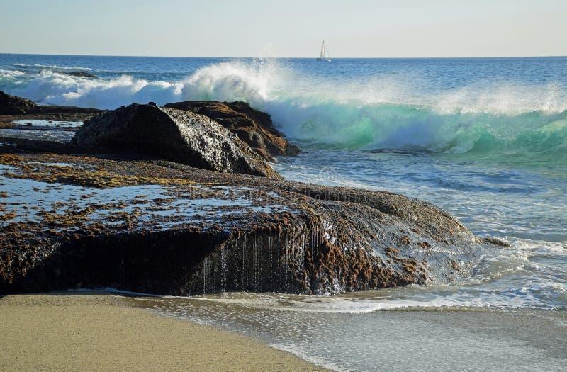 挥动碰撞在岩石在Aliso海滩在拉古纳Baech,加利福尼亚 库存照片