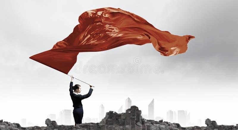 挥动红旗的妇女 混合画法 免版税库存图片