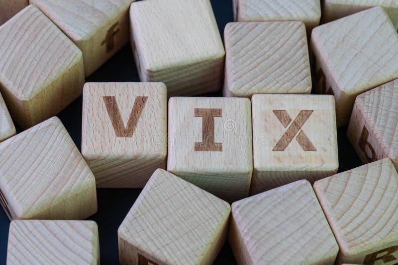 挥发性索引,已知由它的订单符号VIX概念,与字母表的立方体木块结合在黑黑板的词VIX 库存图片
