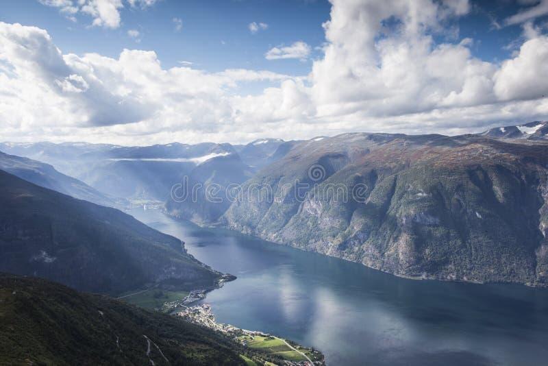 挪威、惊人的山风景美好的阳光和蓝天 免版税图库摄影