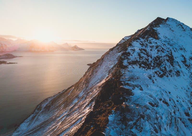 挪威与山的冬天晴朗的山风景蓝天视图,海湾,挪威, Ryten峰顶-著名山在Lofoten Isl 免版税库存图片