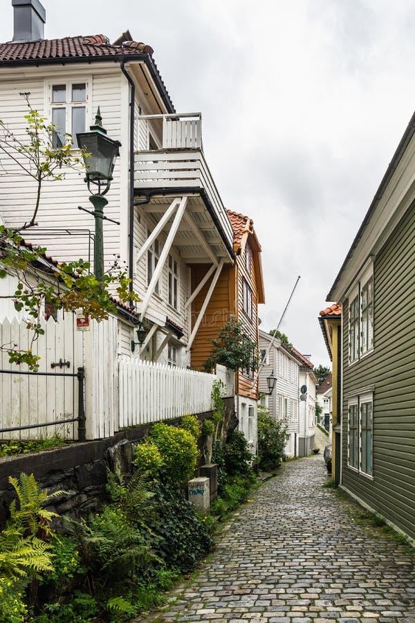 挪威卑尔根一条狭窄舒适街道的垂直照片,有典型的木屋 库存照片