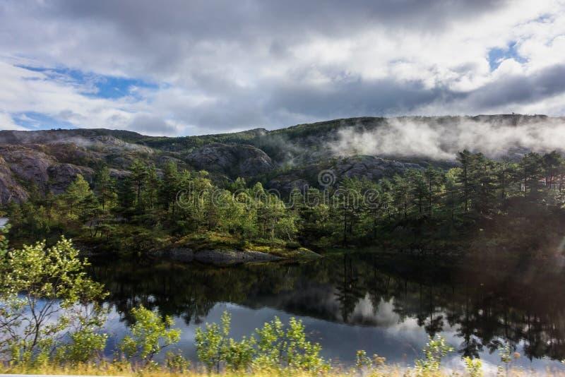 挪威卑尔根附近霍达兰郡一条公路上风景秀丽的湖泊和自然景观 库存照片