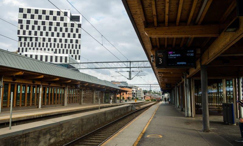 挪威奥斯陆下午在斯科延站台等火车 库存照片