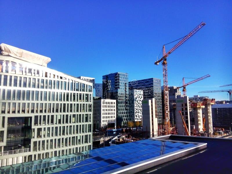 挪威奥斯陆中央商务区现代建筑和建筑起重机 免版税库存图片