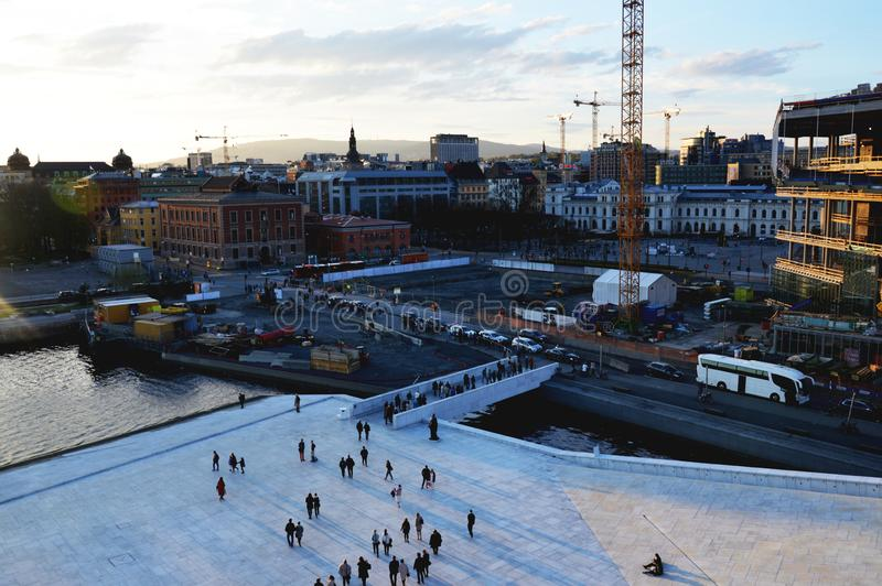 挪威奥斯陆 游人和本机在奥斯陆市中心街道走 免版税库存照片