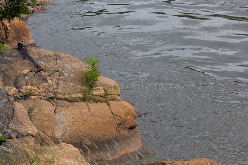 挪威弗雷德里克斯塔德格洛马河畔岩石 免版税库存图片