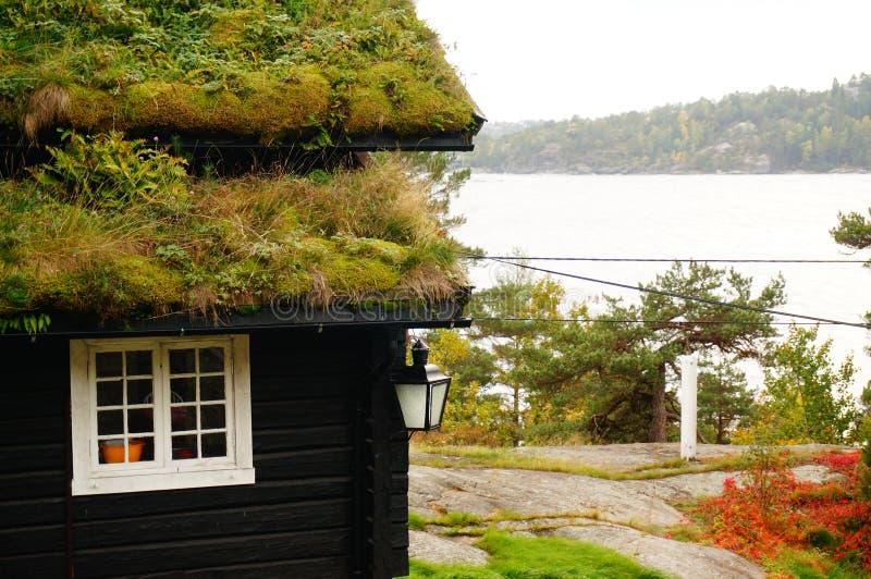 挪威房子和海湾背景,挪威 免版税库存图片
