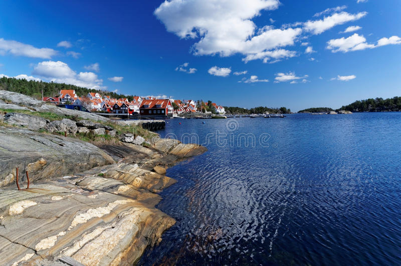 挪威海湾岸的五颜六色的房子  免版税库存照片