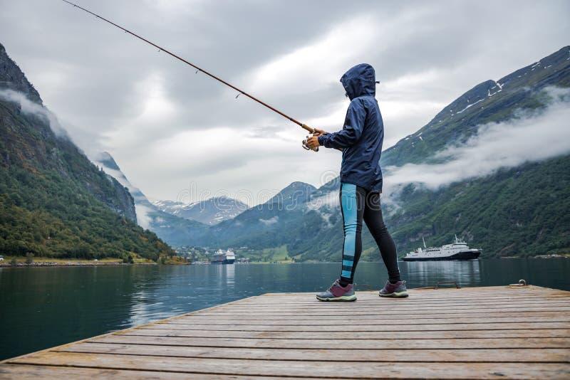 挪威渔竿上女性钓鱼 免版税库存照片