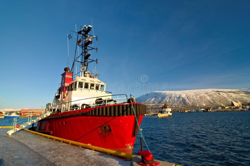 挪威渔船在一个港口在特罗姆瑟,城市停放了在北挪威 免版税库存图片