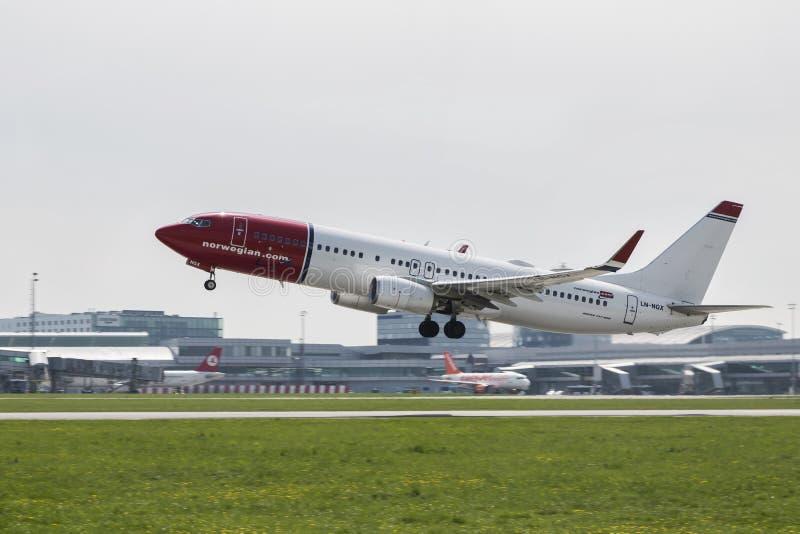 挪威语波音737-800在跑道离开 免版税库存照片