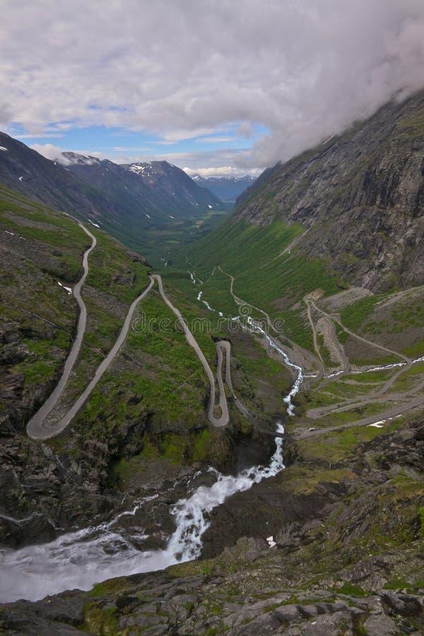 Download 挪威通过trollstigen 库存照片. 图片 包括有 更多, 安排, 欧洲, 唯一, 柏油碎石地面, 冒险家 - 22352314
