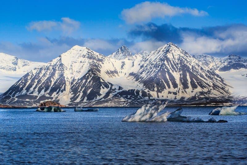 挪威风景卑尔根群岛朗伊尔城斯瓦尔巴特群岛北冰洋冬天极性天日落天空冰川山的冰本质  库存图片
