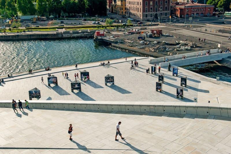 挪威,奥斯陆2013年8月1日:现代大厦美好的城市视图在从江边歌剧院的奥斯陆 库存照片
