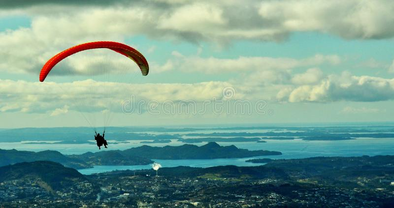 挪威 在卑尔根市上的滑翔伞 免版税图库摄影