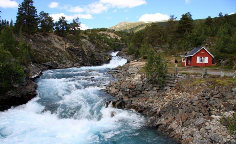 挪威-村庄和河 免版税库存图片