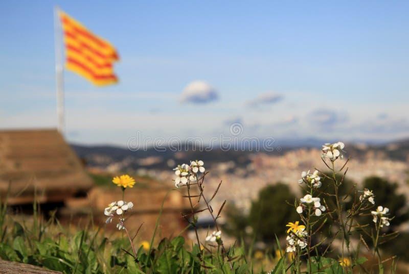 振翼在Montjuic城堡的风的加泰罗尼亚的旗子 巴塞罗那卡塔龙尼亚西班牙 库存照片