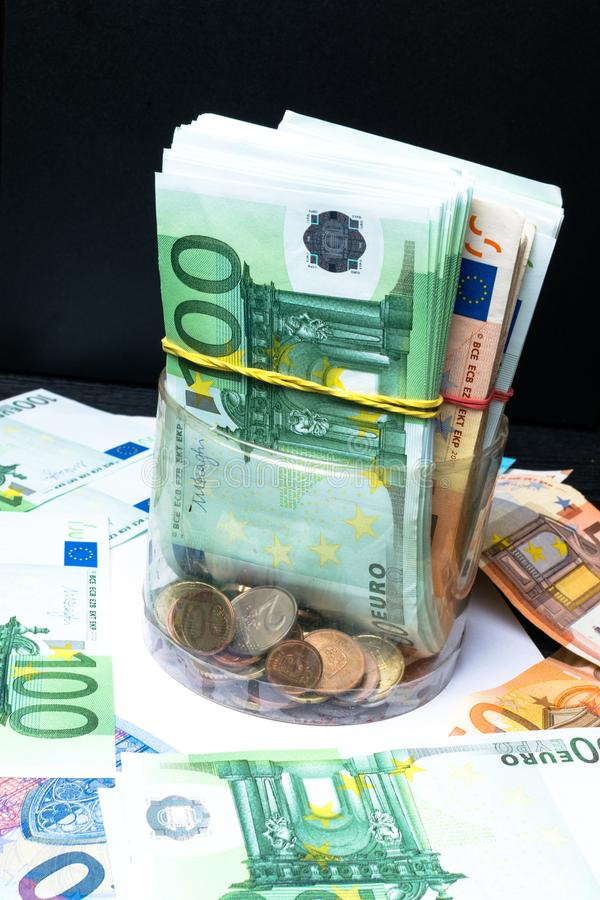 挽救有欧洲钞票的,分钱箱 欧盟的钞票 欧洲现金背景 免版税库存照片