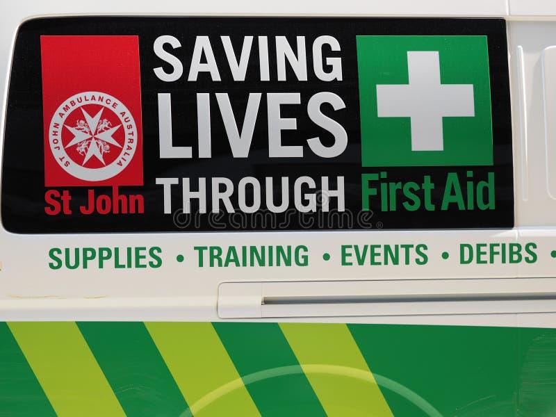 挽救通过在救护车搬运车上的急救标志居住 免版税库存照片