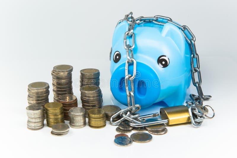 挽救金钱在存钱罐中为将来 库存照片