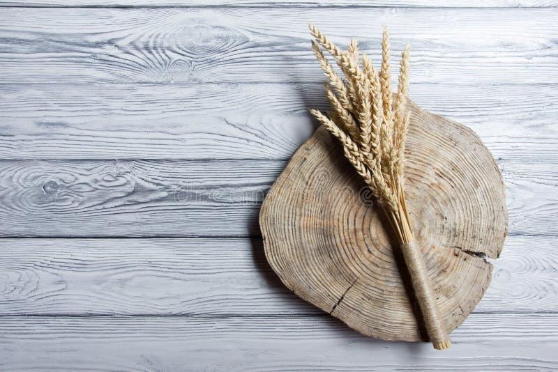 捆在木背景的麦子 收获 免版税库存照片