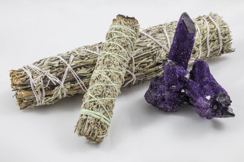 捆绑与美丽的紫色水晶的贤哲 免版税库存图片