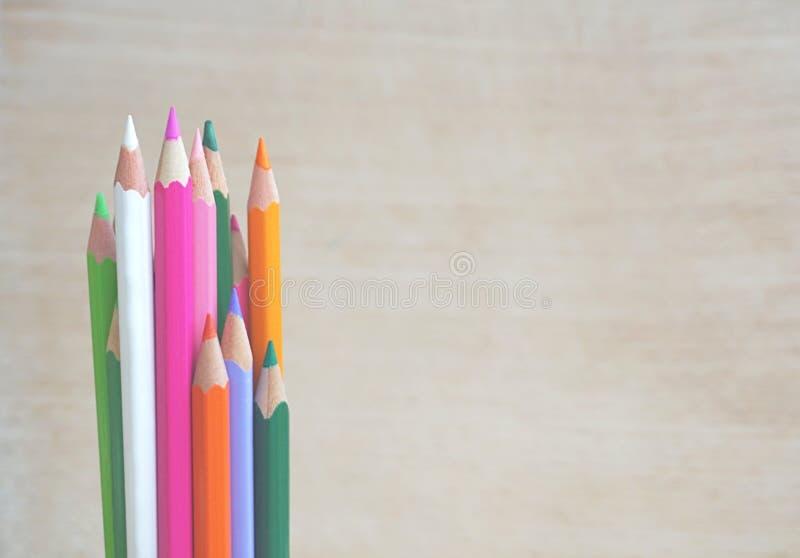 捆绑在另外颜色的木铅笔在与赠送阅本空间的木背景文本的 免版税图库摄影