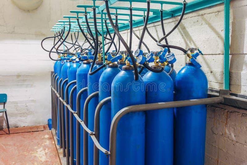 捆绑有压力表的蓝色集气筒 库存照片