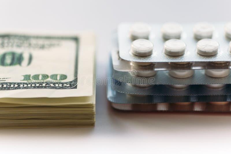捆绑金钱和盒疗程片剂或药物药片,特写镜头 昂贵的医疗保健概念 免版税库存图片