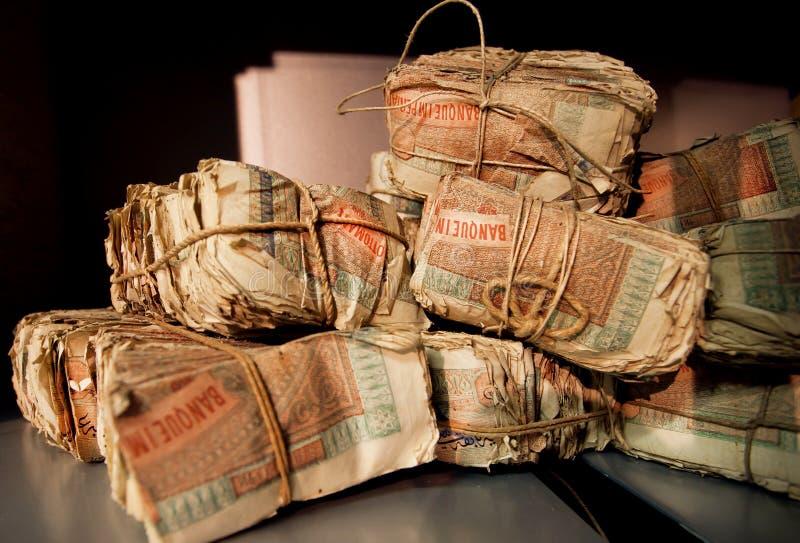 捆绑在一家老银行的穹顶的葡萄酒土耳其钞票 免版税库存图片